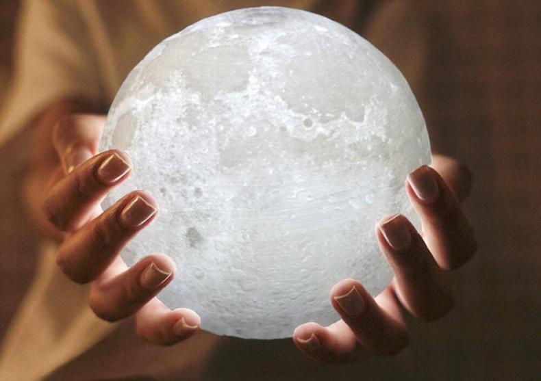 Cel mai unic cadou de Craciun: Luna de pe cer – Lampa Luna 3D