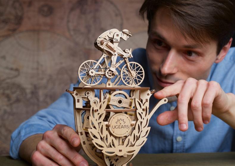 O idee nemaipomenita de Paste: daruieste un puzzle 3D mecanic, fabricat din lemn!